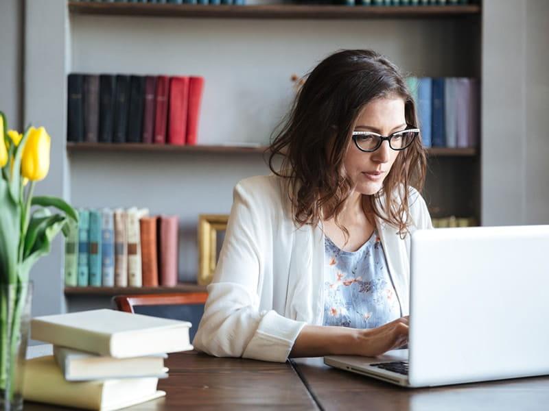 Woman on laptop800